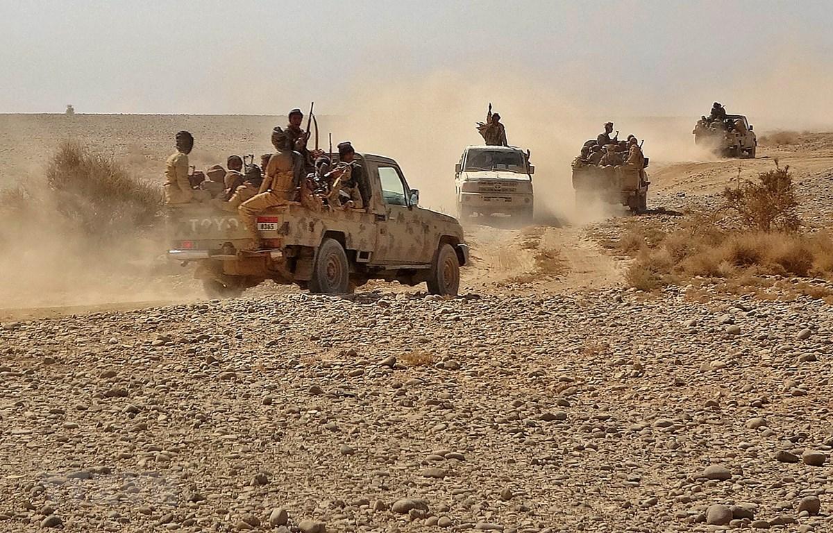 Binh sỹ quân đội chính phủ Yemen giao tranh với lực lượng Houthi tại tỉnh Marib, Yemen, ngày 22-11-2020. Ảnh: AFP/TTXVN