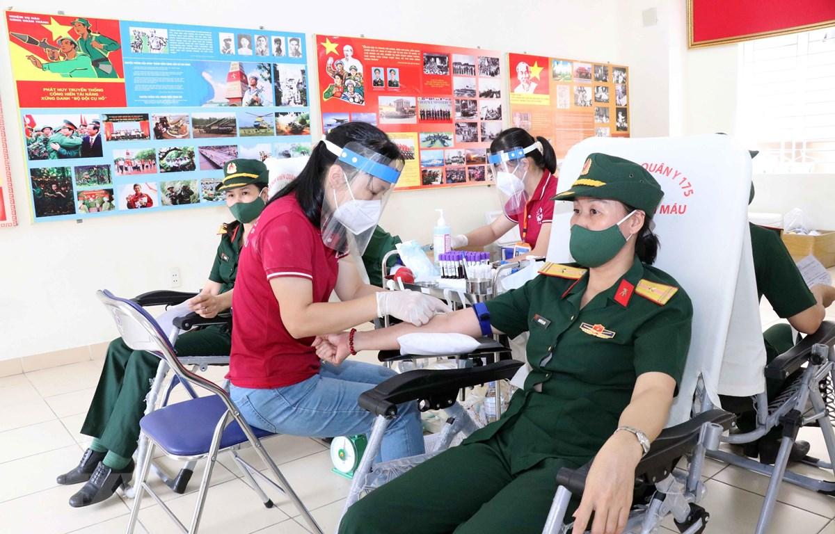 Các cán bộ, chiến sỹ, học viên trường Sỹ quan Kỹ thuật Quân sự Thành phố Hồ Chí Minh tham gia tình nguyện hiến máu nhân đạo. (Ảnh: Xuân Khu/TTXVN)