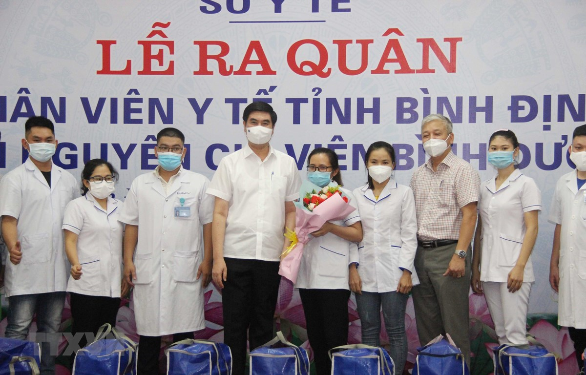 Lãnh đạo tỉnh Bình Định tiễn 2 đoàn công tác tỉnh Bình Định tham gia chống dịch tại Thành phố Hồ Chí Minh và Bình Dương. (Ảnh: TTXVN phát)