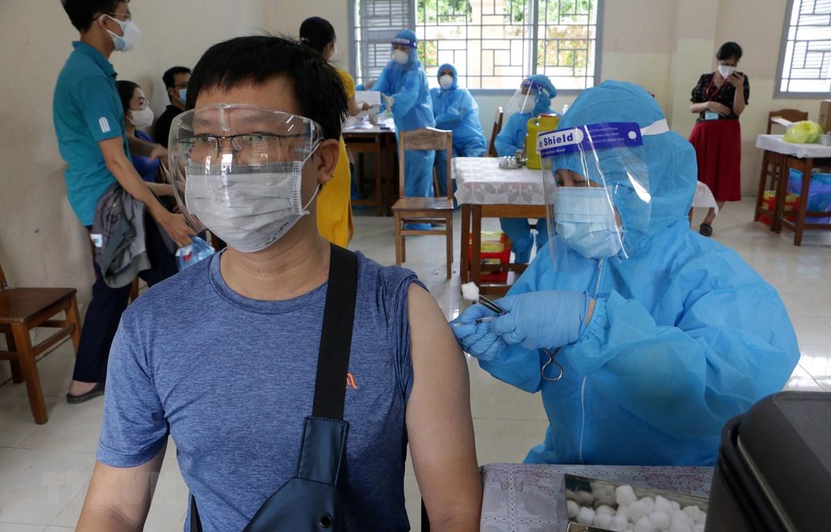 Thực hiện tiêm vaccine tại điểm trường Trung học phổ thông An Khánh (phường An Khánh, quận Ninh Kiều). (Ảnh: Trung Kiên/TTXVN)