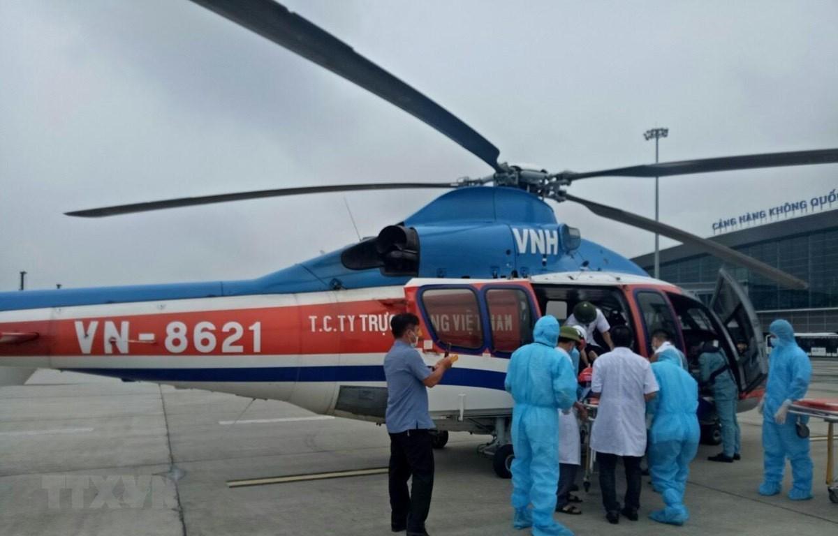 Binh đoàn 18 (Tổng công ty Trực thăng Việt Nam) kịp thời vận chuyển bệnh nhân về đất liền cấp cứu. (Ảnh: TTXVN phát)