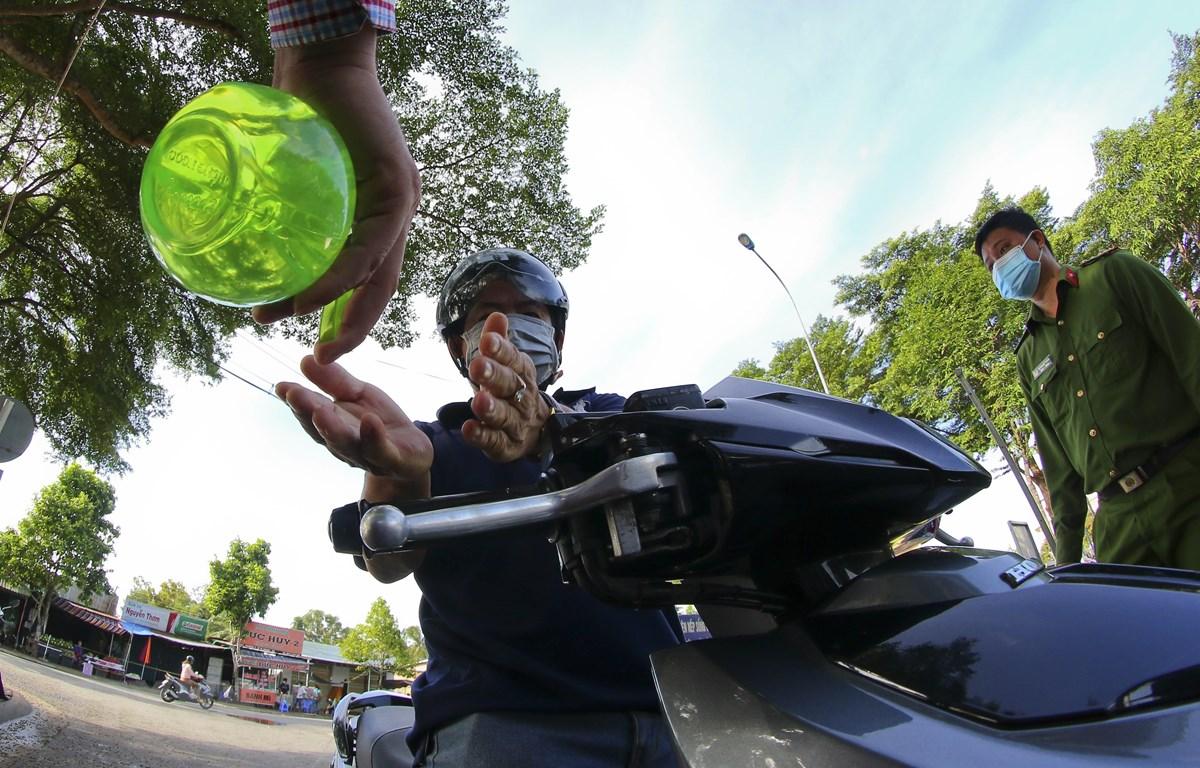 Người dân đi chợ tuân thủ theo giờ quy định và 5K tại chợ Vị Thanh, thành phố Vị Thanh ngày 1/8. (Ảnh: Duy Khương/TTXVN)