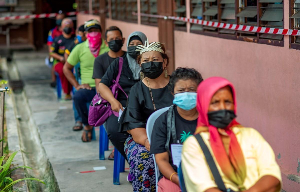 Người dân xếp hàng chờ tiêm vaccine ngừa COVID-19 tại Selangor , Malaysia, ngày 25/7/2021. (Ảnh: THX/TTXVN)