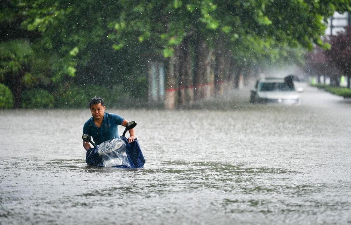Đường phố bị nhấn chìm trong nước lũ do mưa lớn kéo dài ở Trịnh Châu, thủ phủ tỉnh Hà Nam, Trung Quốc ngày 20/7/2021. (Ảnh: THX/TTXVN)