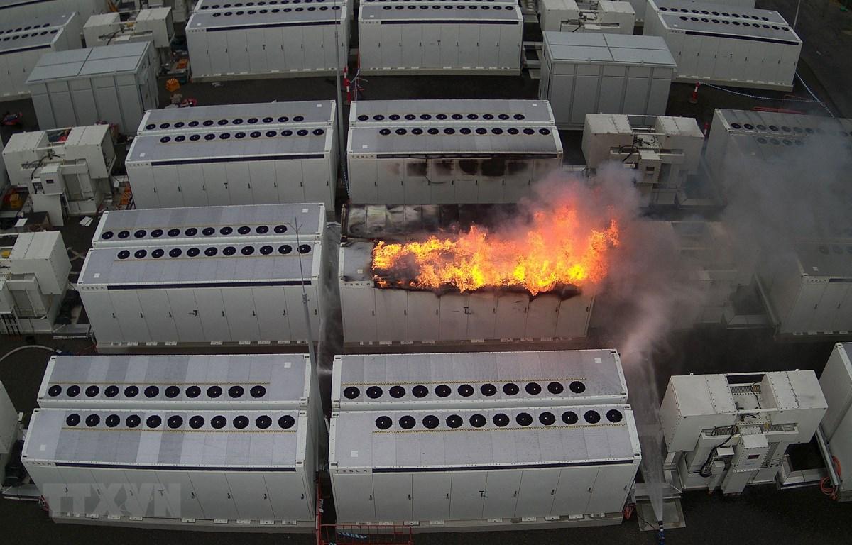 Hiện trường vụ cháy tại nhà máy tích trữ điện năng sử dụng pin năng lượng của Tesla tại thành phố Geelong thuộc bang Victoria, Australia, ngày 30/7/2021. (Ảnh: AFP/TTXVN)