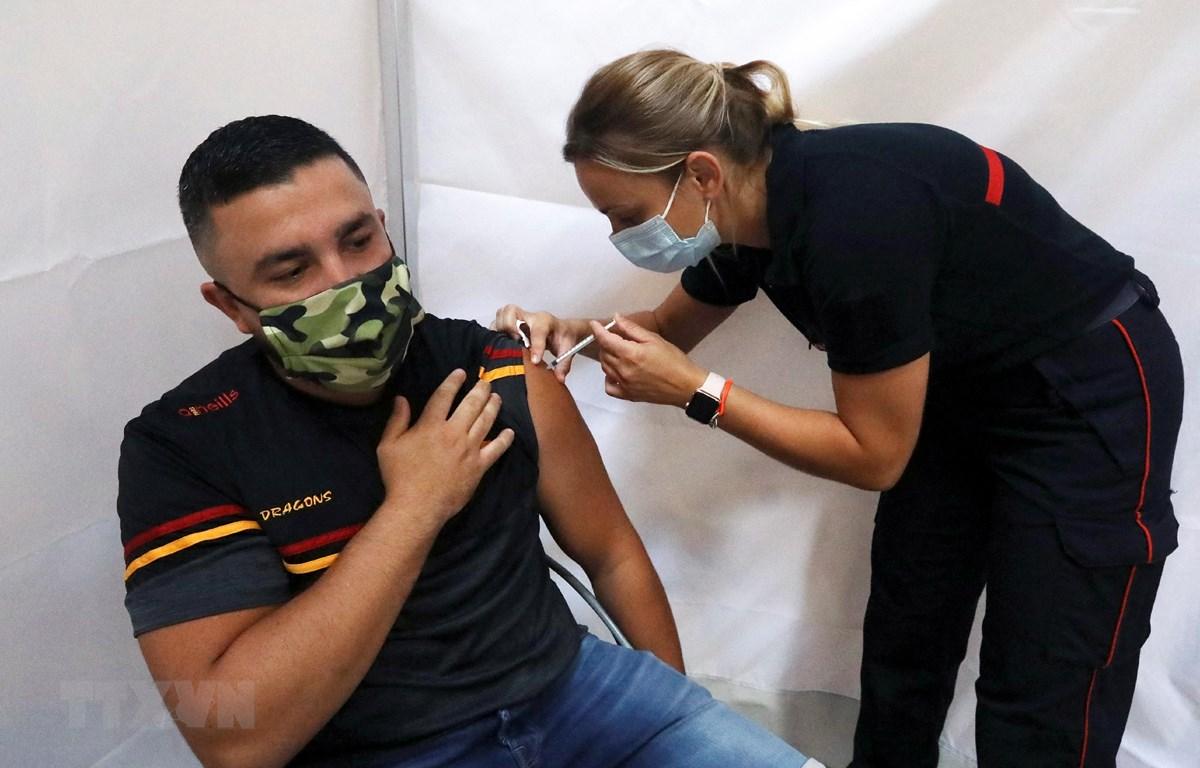 Nhân viên y tế tiêm vaccine ngừa COVID-19 cho người dân tại Perpignan, Pháp, ngày 18/7/2021. (Ảnh: AFP/TTXVN)