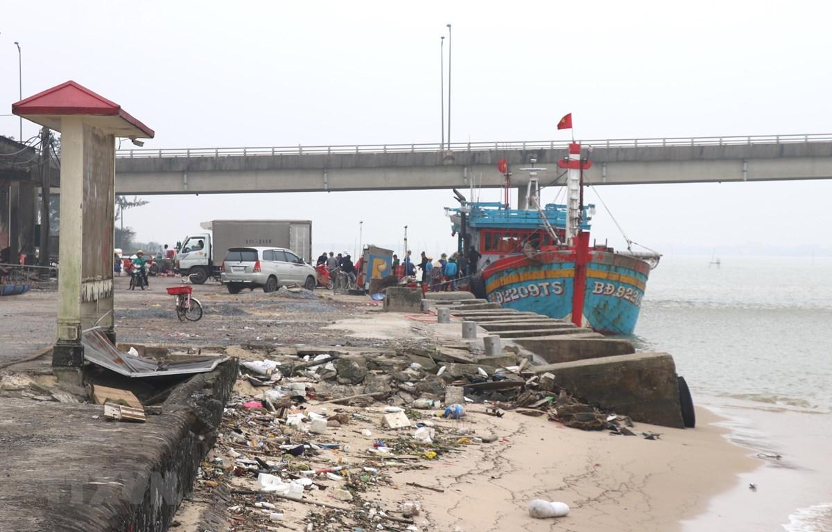 Bến cho tàu neo đậu của Cảng cá Cửa Việt bị sụt lún, hư hỏng. (Ảnh: Nguyên Lý/TTXVN)