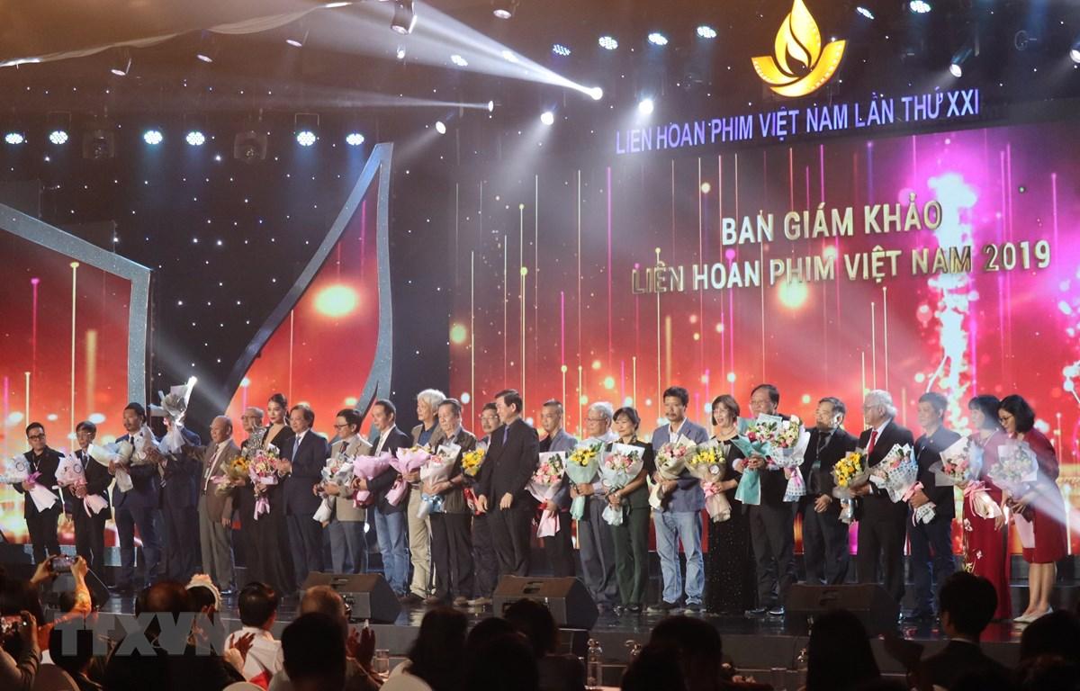 Ban tổ chức tặng hoa các giám khảo trong Liên hoan Phim Việt Nam lần thứ XXI. (Ảnh: Ngọc Sơn/TTXVN)