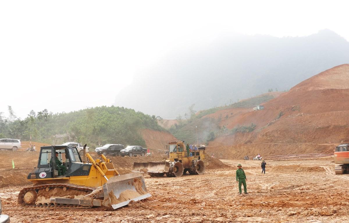Các nhà thầu thi công hồ vượt lũ Cánh Tạng, tỉnh Hòa Bình. (Ảnh: Vũ Hà/TTXVN)