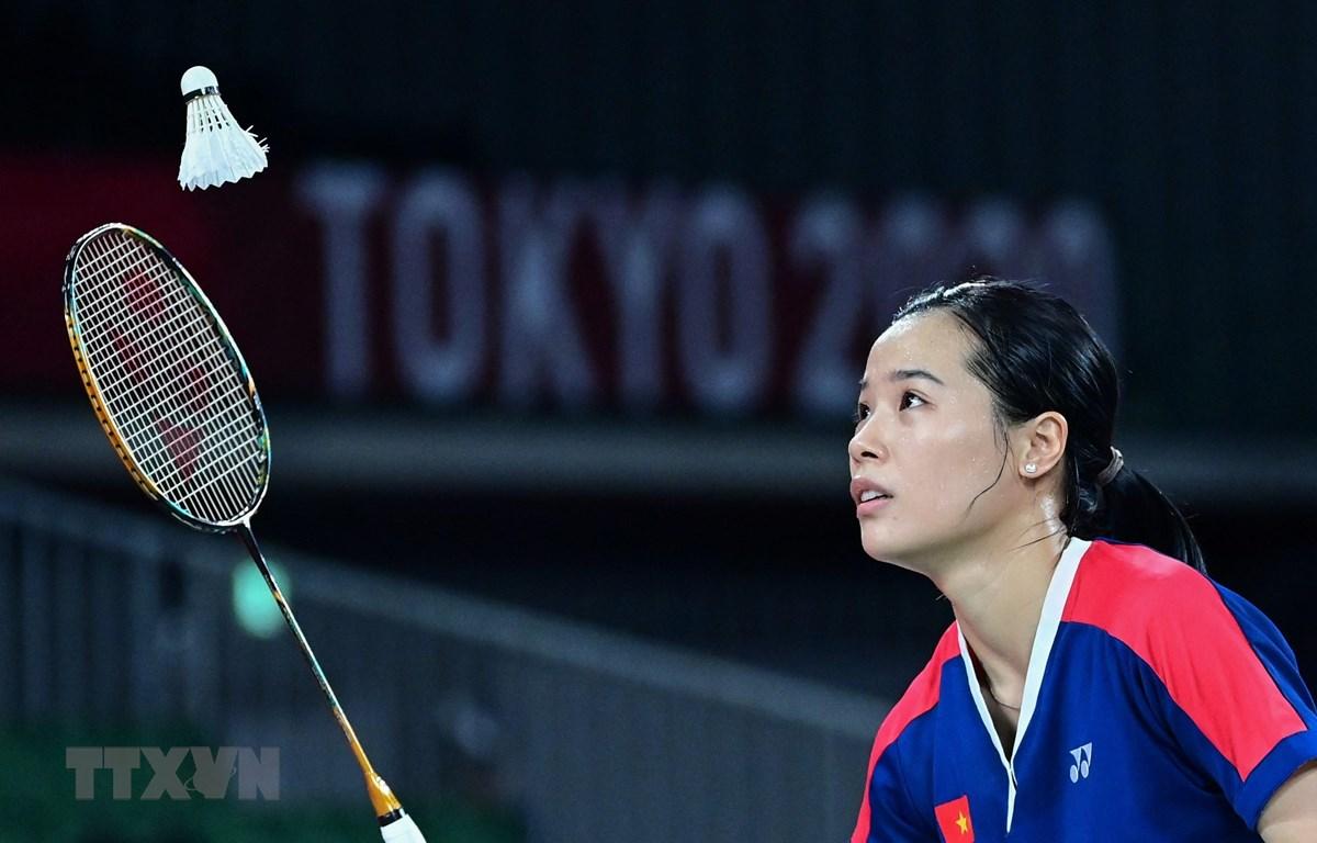 Vận động viên cầu lông Nguyễn Thuỳ Linh thi đấu trong trận gặp đối thủ Thụy Sĩ Sabrina Jaquet tại Olymic Tokyo 2020 ngày 28/6/2021. (Ảnh: AFP/TTXVN)