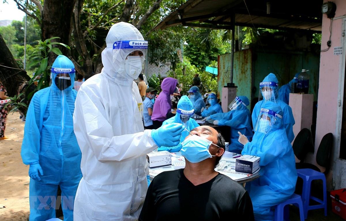 Xét nghiệm nhanh COVID-19 cho người dân tới tiêm chủng tại Thành phố Hồ Chí Minh. (Ảnh: Thành Chung/TTXVN)