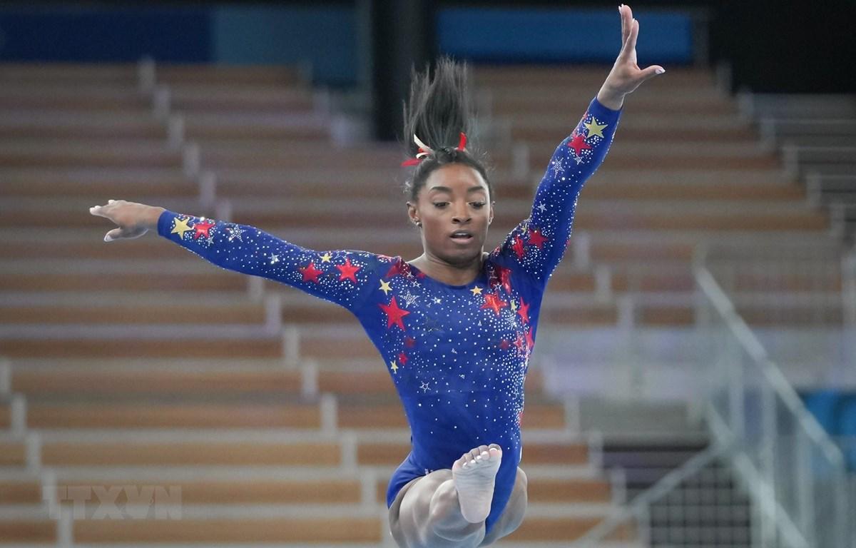 Vận động viên thể dục dụng cụ Simone Biles thi đấu ở nội dung xà lệch tại Olympic Tokyo 2020 ngày 25/7/2020. (Ảnh: THX/TTXVN)