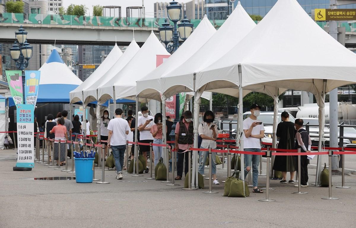 Người dân xếp hàng chờ xét nghiệm COVID-19 tại Seoul, Hàn Quốc, ngày 8/8/2021. (Ảnh: Yonhap/TTXVN)