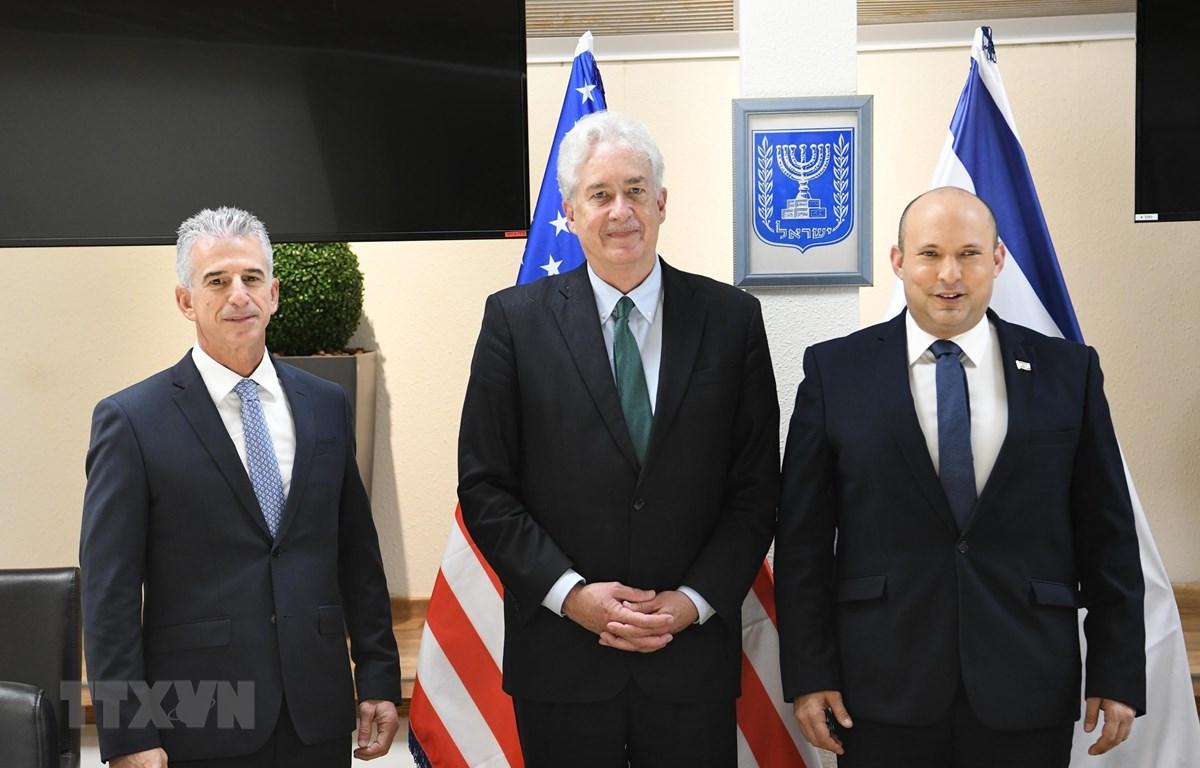Thủ tướng Israel Naftali Bennett (phải) và Giám đốc CIA William Burns (giữa). (Ảnh: TTXVN phát)