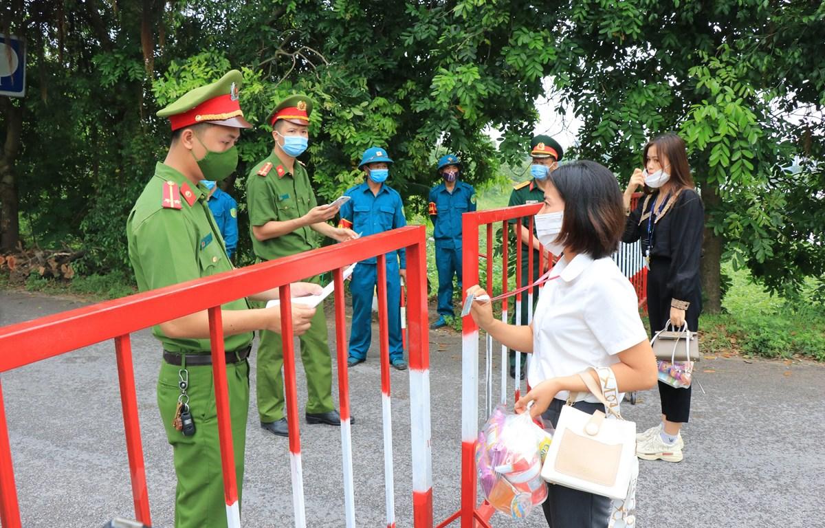 Chốt kiểm soát dịch COVID-19 giáp ranh giữa xã Quỳnh Phú (huyện Gia Bình) và xã Tân Lãng (huyện Lương Tài). (Ảnh: Thái Hùng/TTXVN)