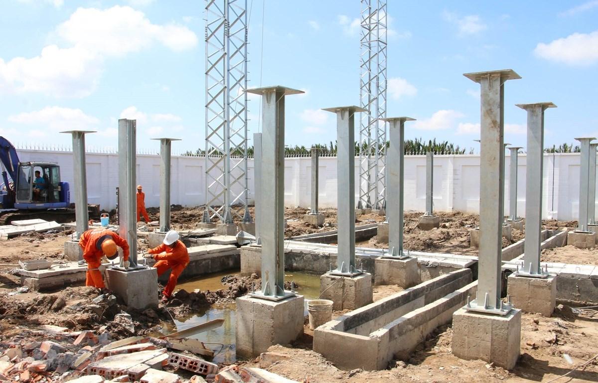 Thi công đường dây 110 KV Thạnh Hải- Bình Thạnh (dự án nhà máy điện gió số 5) do Công ty cổ phần Tân Hoàn Cầu làm chủ đầu tư tại xã Thạnh Hải, huyện Thạnh Phú, Bến Tre. (Ảnh: Công Trí/TTXVN)
