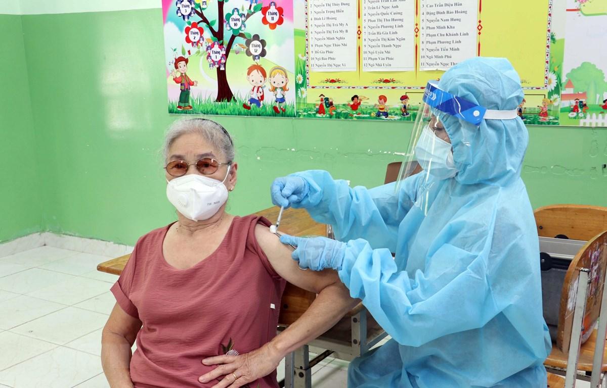 Nhân viên y tế tiêm vaccine cho người cao tuổi ở Trường Tiểu học Lý Tự Trọng, thành phố Vũng Tàu, ngày 14/8. (Ảnh: Đoàn Mạnh Dương/TTXVN)