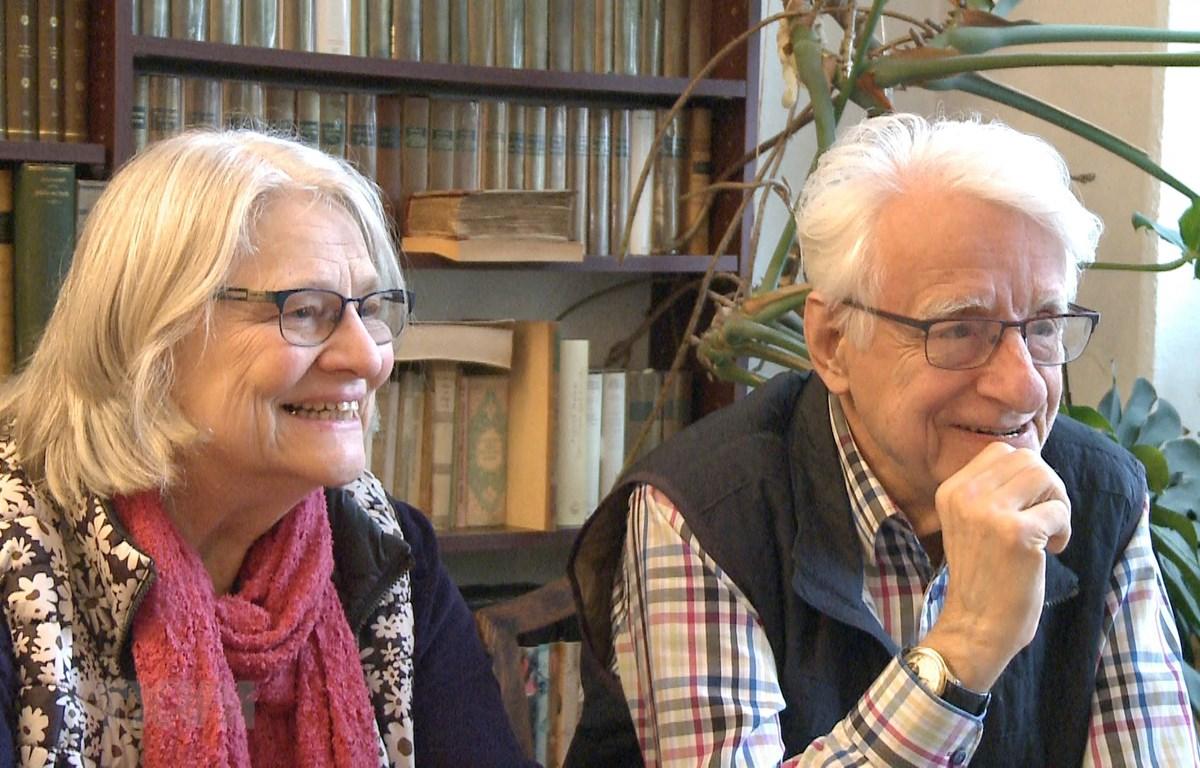 Giáo sư-Tiến sỹ Günter Giesenfeld cùng vợ là bà Marianne Ngo. (Ảnh: Mạnh Hùng/TTXVN)