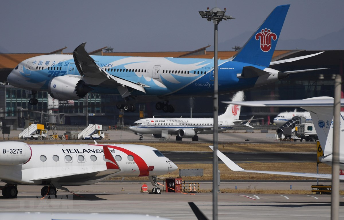 Máy bay 737 MAX 8 của Air China (giữa) và máy bay Boeing 787 của China Southern Airlines tại sân bay Bắc Kinh, Trung Quốc. (Ảnh: AFP/TTXVN)