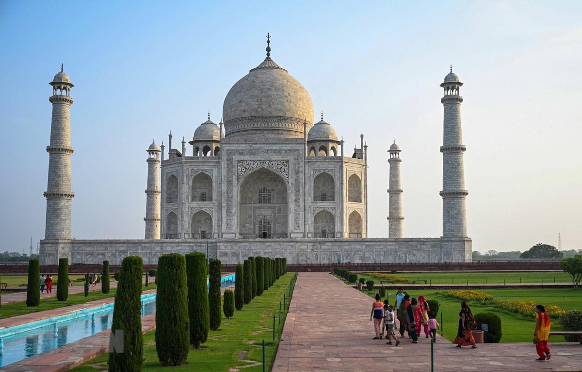 Du khách tham quan đền Taj Mahal ngày 16/6/2021. (Ảnh: AFP/TTXVN)