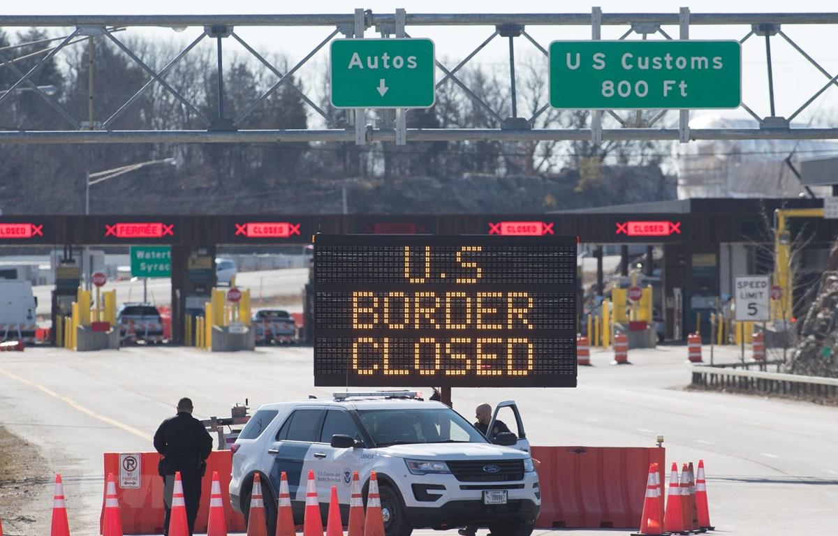 Cửa khẩu biên giới Mỹ-Canada tại Lansdowne thuộc tỉnh bang Ontario, Canada đóng cửa do dịch COVID-19. (Ảnh: AFP/TTXVN)