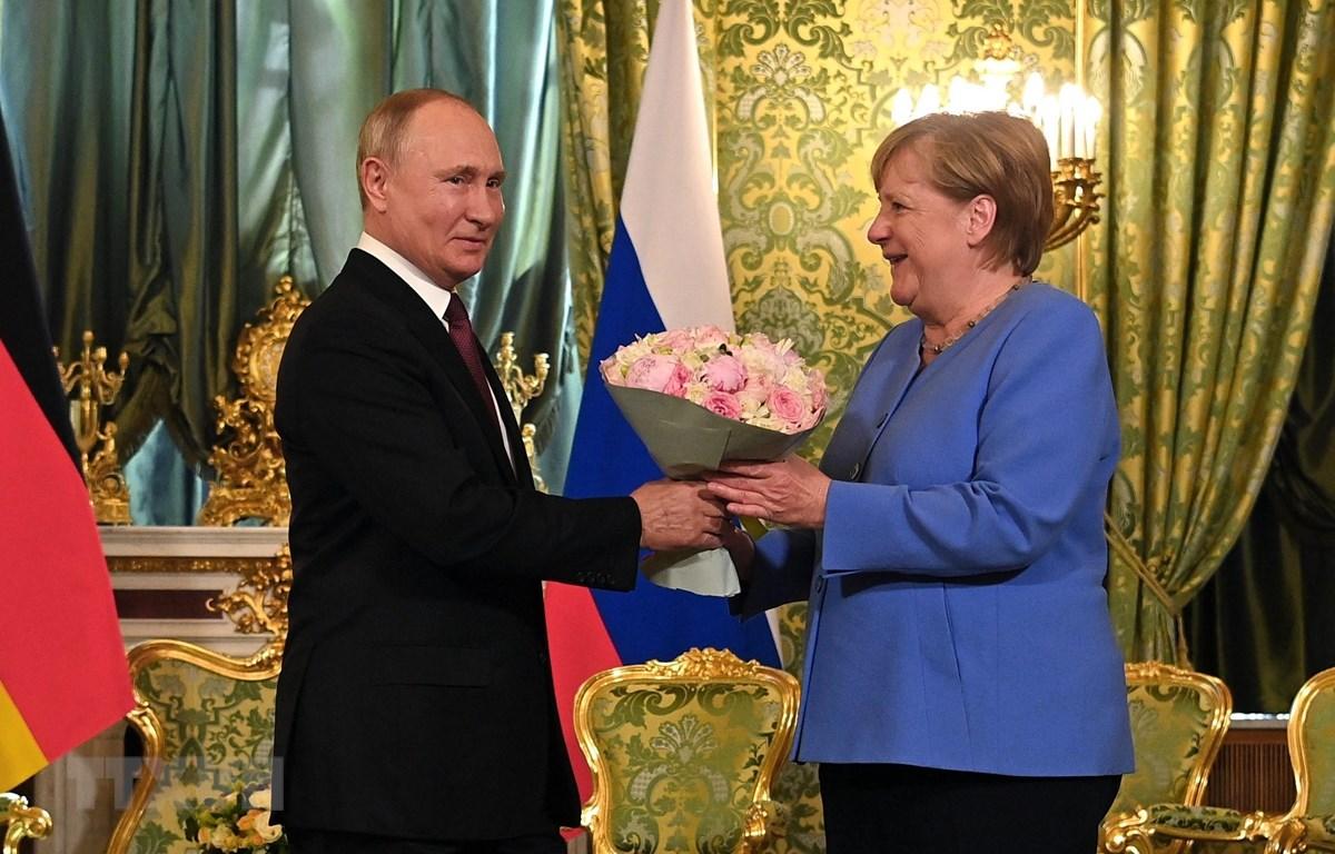 Tổng thống Nga Vladimir Putin (trái) và Thủ tướng Đức Angela Merkel (phải) tại cuộc gặp ở Moskva, Nga, ngày 20/8/2021. (Ảnh: AFP/TTXVN)