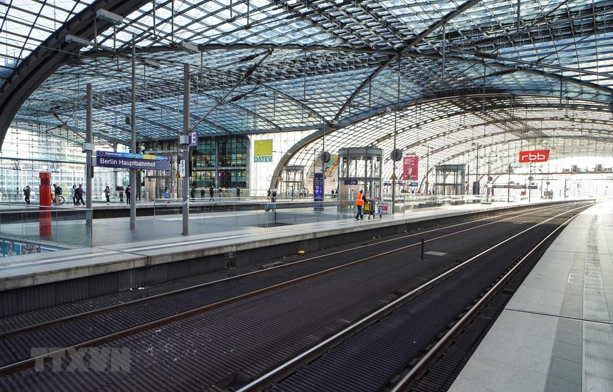 Các đường ray trống trơn tại nhà ga trung tâm Berlin, Đức khi lái tàu tiến hành đình công khiến hoạt động lưu thông bị đình trệ, ngày 11/8/2021. (Ảnh: THX/TTXVN)