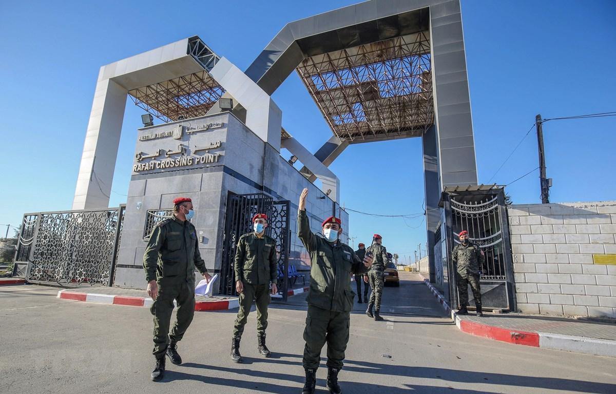 Lực lượng an ninh Palestine gác tại cửa khẩu Rafah ở miền Nam Dải Gaza ngày 1/2/2021. (Ảnh: AFP/TTXVN)
