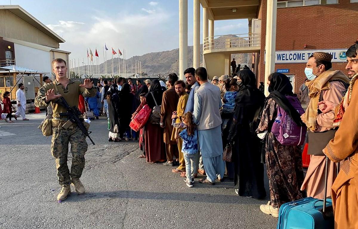 Dòng người Afghanistan chờ lên máy bay quân sự Mỹ để sơ tán tại sân bay quốc tế Hamid Karzai ở Kabul, ngày 19/8/2021. (Ảnh: AFP/TTXVN)