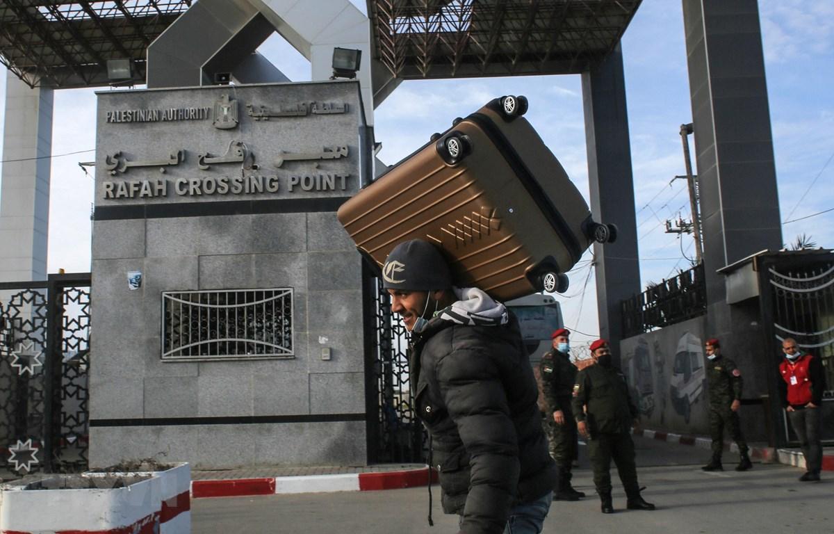 Người dân Palestine đi qua cửa khẩu Rafah ở khu vực biên giới phía Nam Dải Gaza, giáp Ai Cập ngày 9/2/2021. (Ảnh: AFP/TTXVN)