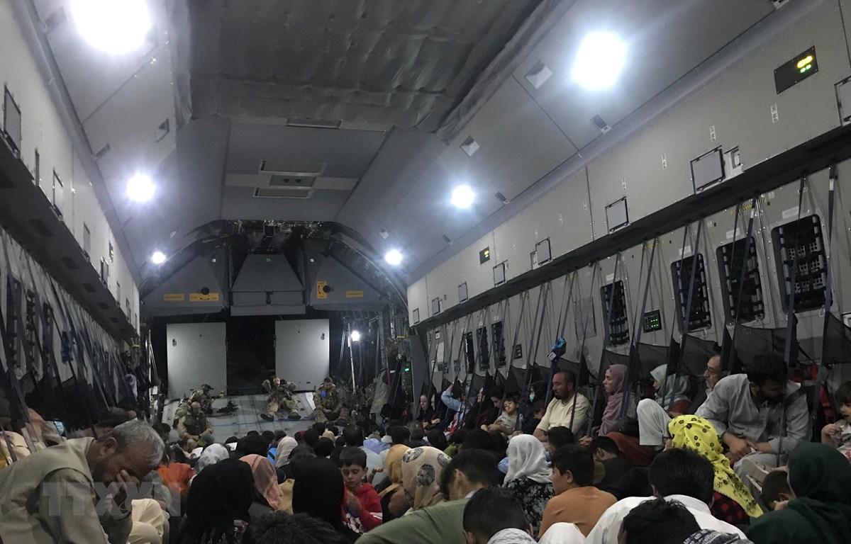 Người dân lên máy bay quân sự của Đức sơ tán khỏi Afghanistan, ngày 24/8/2021. (Ảnh: THX/TTXVN)