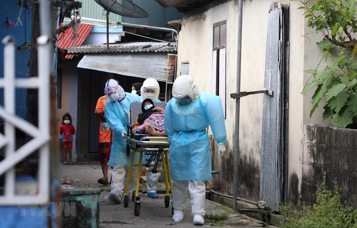 Nhân viên y tế chuyển bệnh nhân COVID-19 tới bệnh viện tại Pattani, Thái Lan, ngày 19/7/2021. (Ảnh: AFP/TTXVN)