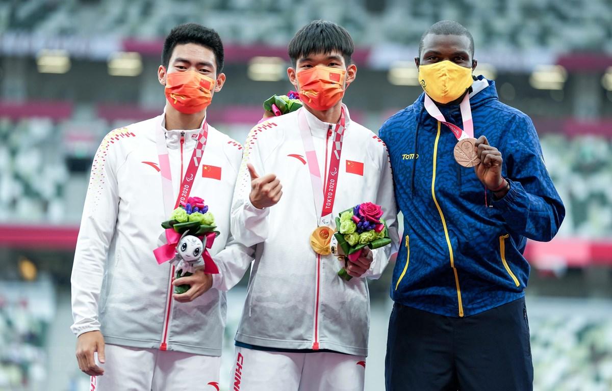 Vận động viên Trung Quốc Zhu Dening (giữa) giành được HCV và lập kỷ lục thế giới mới ở nội dung nhảy xa nam, hạng T38, tại Paralympic Tokyo 2020 ở Nhật Bản, ngày 1/9/2021. (Ảnh: THX/TTXVN)
