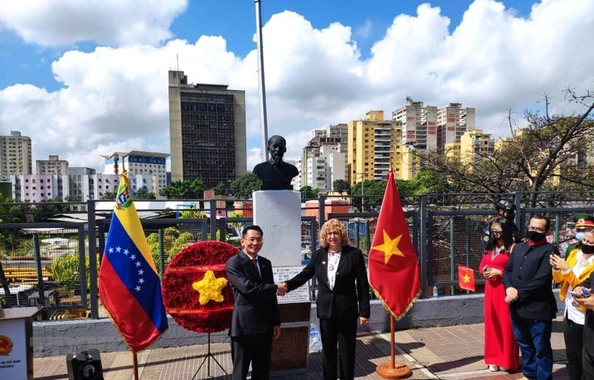 Đại sứ Việt Nam tại Venezuela Lê Viết Duyên và Thứ trưởng Ngoại giao Venezuela phụ trách Châu Á, Trung Đông và Châu Đại Dương Capaya Rodriguez tại lễ đặt vòng hoa tưởng niệm Chủ tịch Hồ Chí Minh. (Ảnh: TTXVN phát)