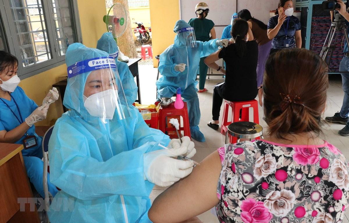 Nhân viên y tế tiêm vaccine COVID-19 cho người dân thành phố Thủ Dầu Một, tỉnh Bình Dương. (Ảnh: Chí Tưởng/TTXVN)