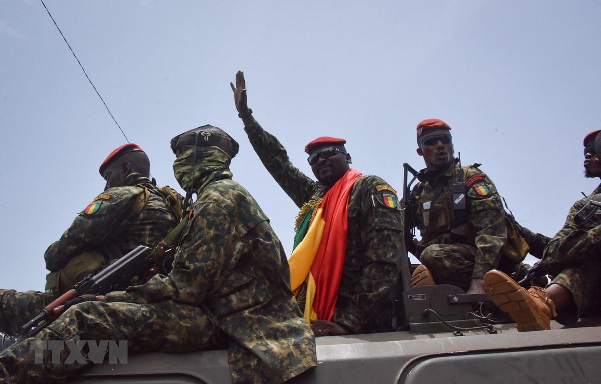 Chỉ huy vụ đảo chính, Trung tá Mamady Doumbouya (giữa) trước cuộc họp với các quan chức cấp cao trong Chính phủ Guinea tại Conakry, ngày 6/9/2021. (Ảnh: AFP/TTXVN)