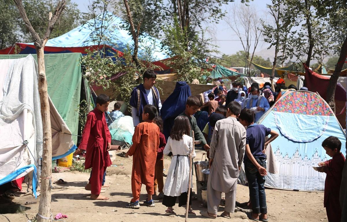 Người dân mất nhà cửa do chiến tranh dựng lều tạm tại một công viên ở thủ đô Kabul ngày 11/8/2021. (Ảnh: THX/TTXVN)