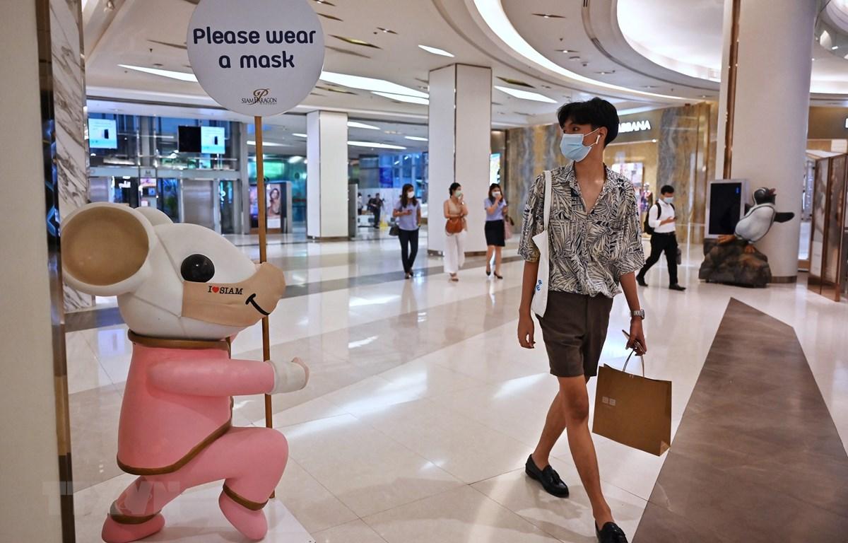 Người dân đeo khẩu trang phòng lây nhiễm COVID-19 tại Bangkok, Thái Lan, ngày 26/4/2021. (Ảnh: AFP/TTXVN)