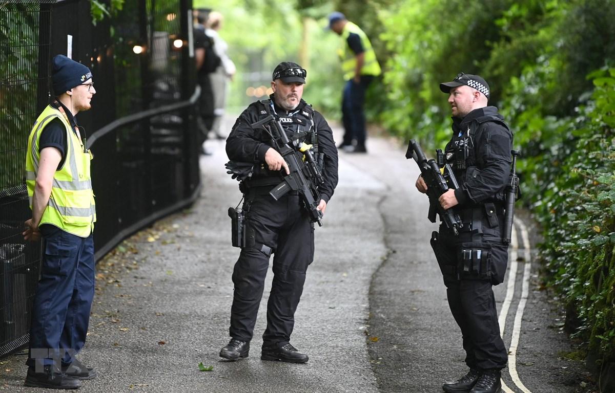 Cảnh sát Anh tuần tra bên ngoài Lâu đài Treganna ở St Ives, Cornwall ngày 10/6/2021. (Ảnh: AFP/TTXVN)