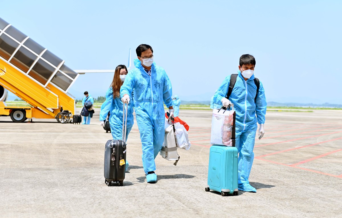 Hai chuyến bay từ Mỹ nhập cảnh theo chương trình hộ chiếu vaccine hạ cách an toàn. (Ảnh: TTXVN phát)