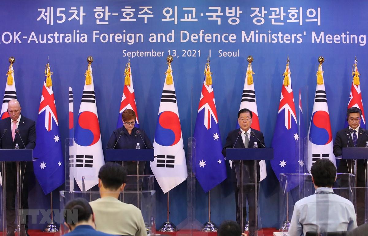 (Từ trái sang): Bộ trưởng Quốc phòng Peter Dutton và Ngoại trưởng Marise Payne của Australia cùng Ngoại trưởng Chung Eui-yong và Bộ trưởng Quốc phòng Suh Wook của Hàn Quốc tại cuộc họp báo chung sau cuộc đối thoại 2+2 ở Seoul, Hàn Quốc, ngày 13/9/2021.