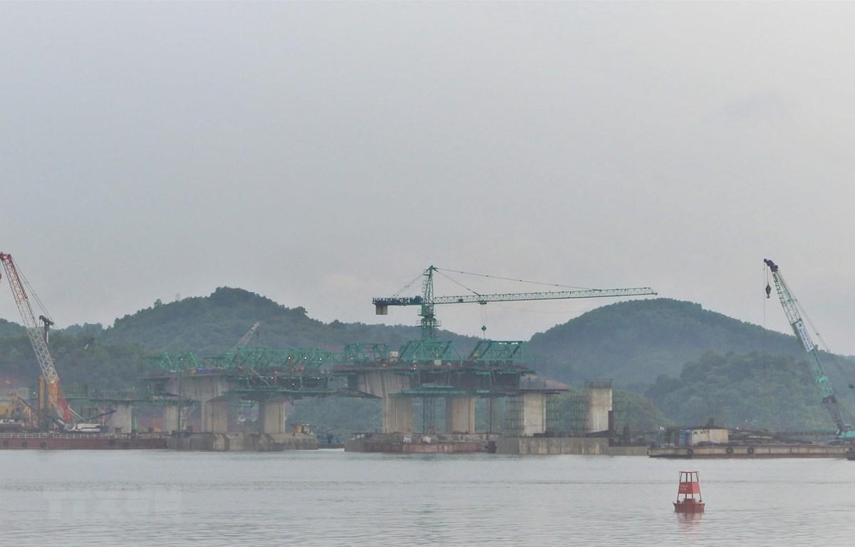 Cầu nối Vân Đồn-Tiên Yên thuộc dự án đường Cao tốc Vân Đồn- Móng Cái đang được tích cực triển khai thi công. (Ảnh: Thanh Vân/TTXVN)