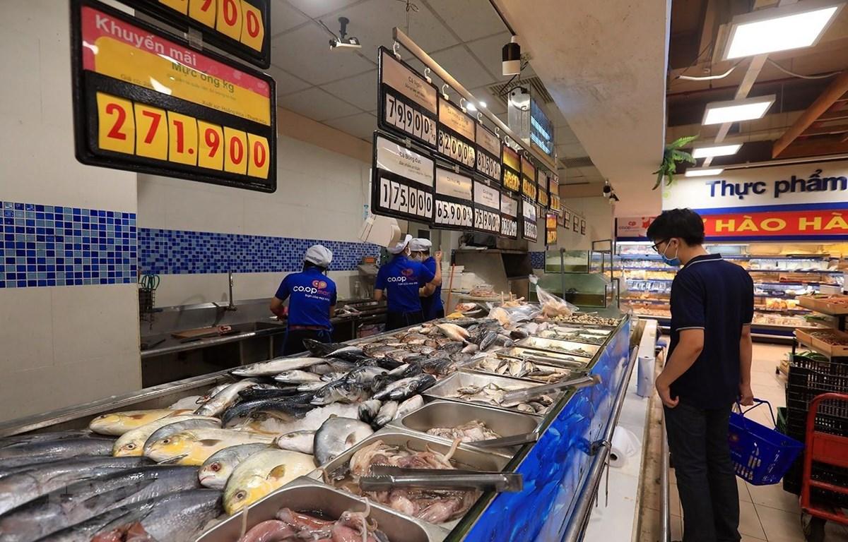 Người dân mua sắm thực phẩm tại siêu thị Co.opmart Hà Nội trong thời gian giãn cách xã hội. (Ảnh: Tuấn Anh/TTXVN)
