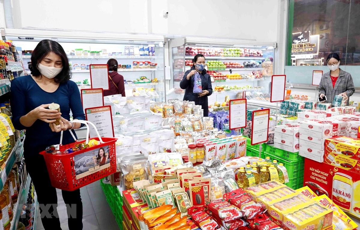 Người dân mua sắm tại siêu thị Hapro Khâm Thiên, Hà Nội. (Ảnh: Trần Việt/TTXVN)