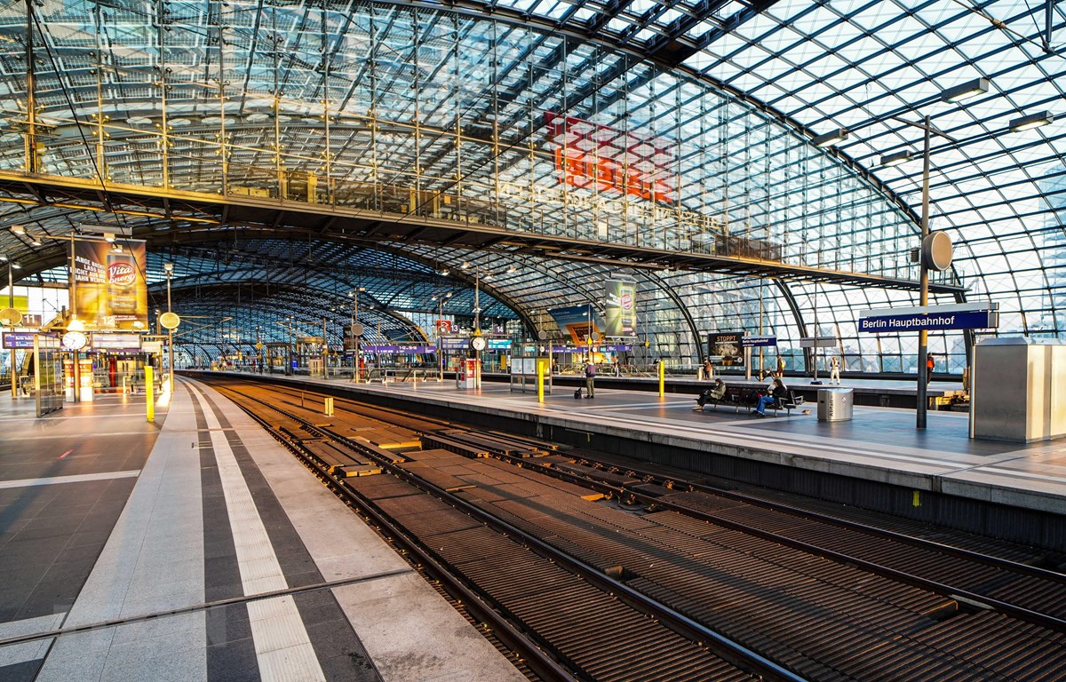 Cảnh vắng vẻ tại Nhà ga trung tâm Berlin, Đức, trong thời gian diễn ra cuộc đình công của lái tàu ngày 2/9/2021. (Ảnh: THX/TTXVN)