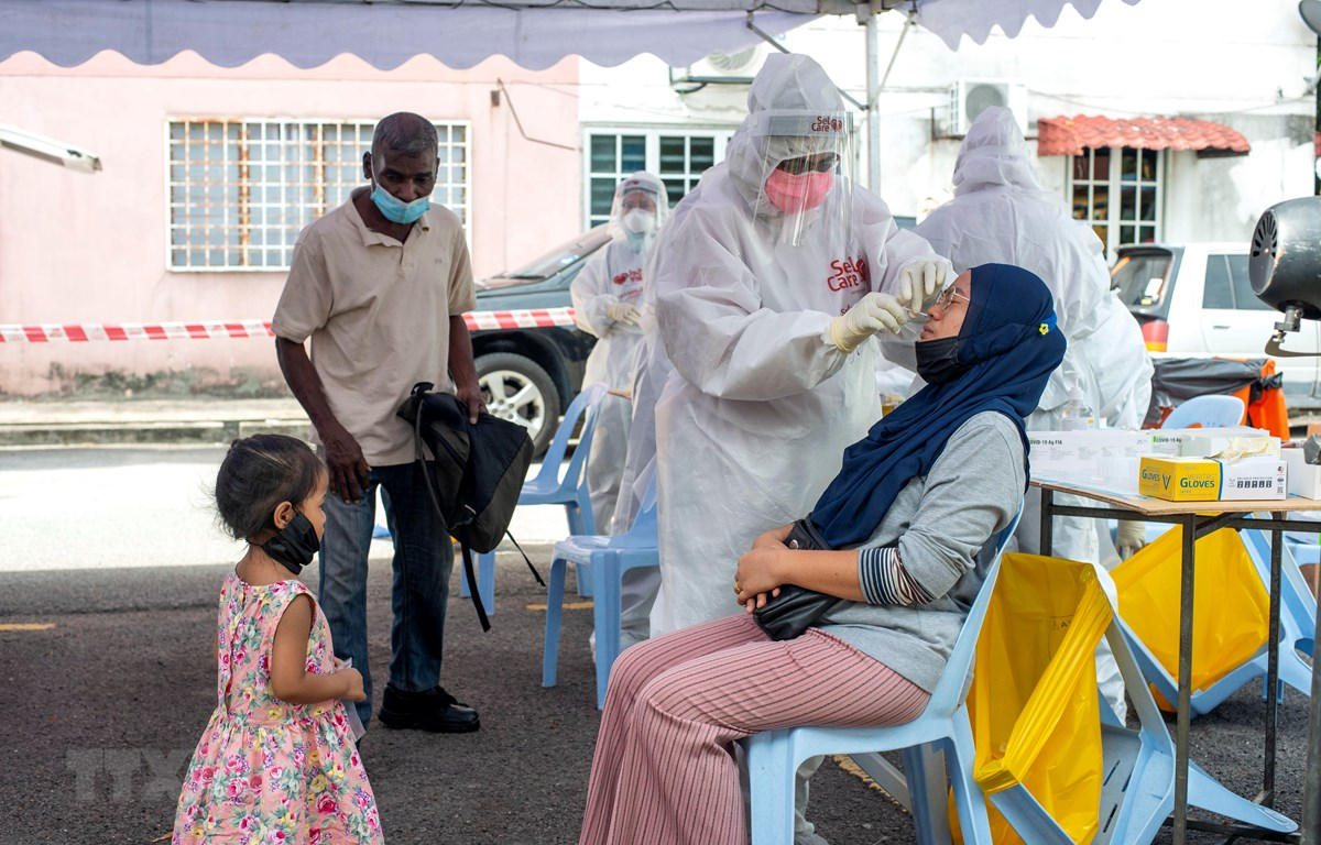 Nhân viên y tế lấy mẫu xét nghiệm COVID-19 cho người dân tại Subang, bang Selangor, Malaysia. (Ảnh: THX/TTXVN)