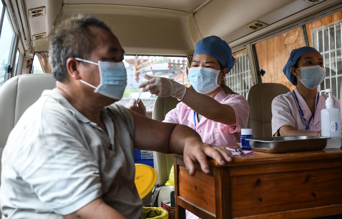 Nhân viên y tế tiêm vaccine ngừa COVID-19 cho người dân tại Quảng Đông, Trung Quốc. (Ảnh: THX/TTXVN)