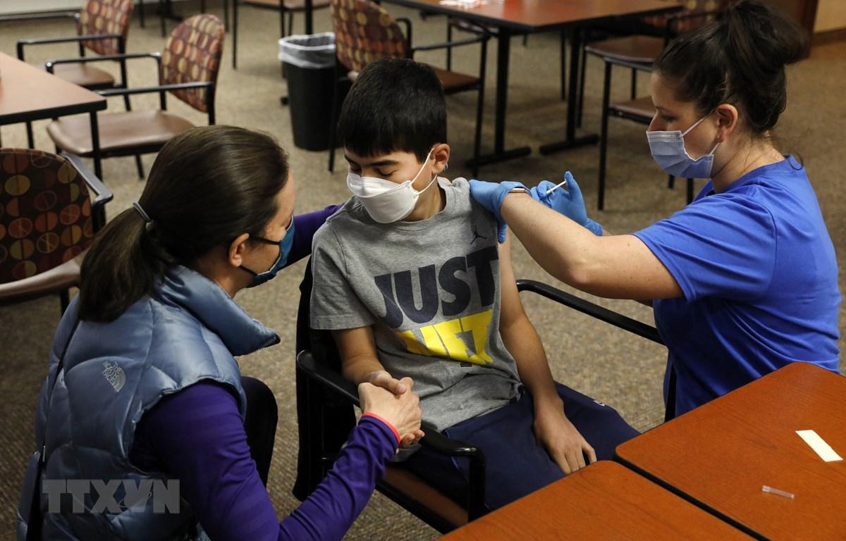 Tiêm vaccine ngừa COVID-19 cho một em nhỏ tại Bloomfield Hills, bang Michigan, Mỹ ngày 13/5/2021.(Ảnh: AFP/TTXVN)