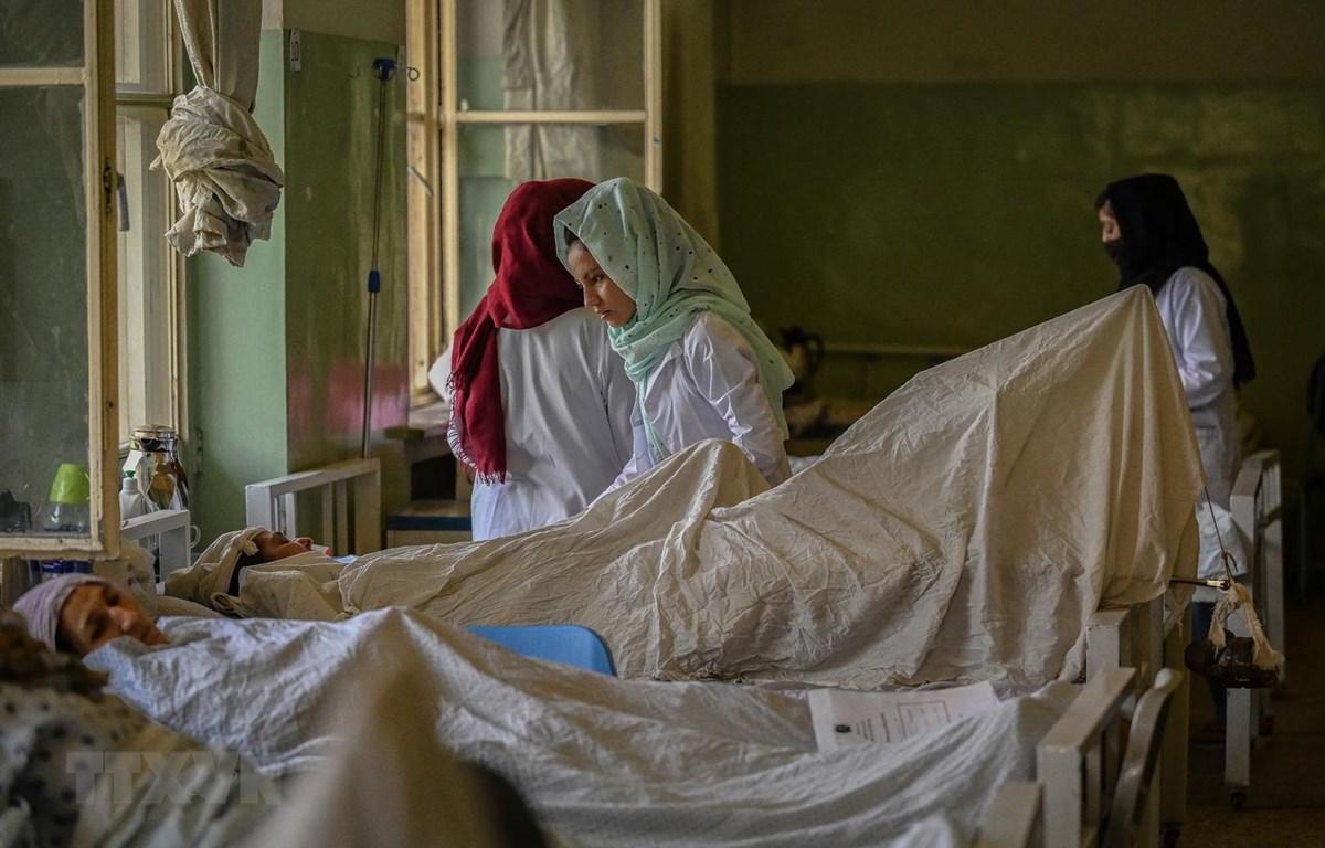 Điều trị cho các bệnh nhân tại bệnh viện Wazir Akbar Khan ở Kabul, Afghanistan, ngày 1/9/2021. (Ảnh: AFP/TTXVN)