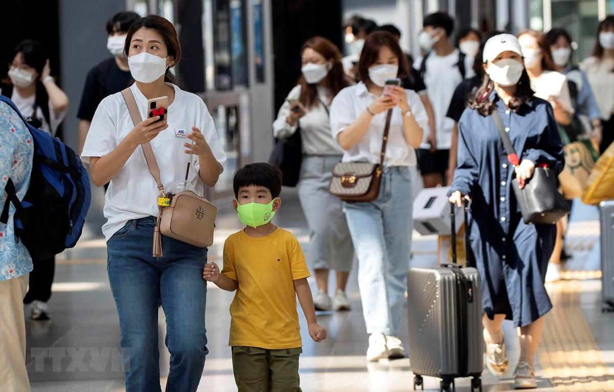 Cảnh đông đúc tại nhà ga trong kỳ nghỉ lễ Trung thu (Chuseok) ở Seoul, Hàn Quốc, ngày 18/9/2021. (Ảnh: THX/TTXVN)